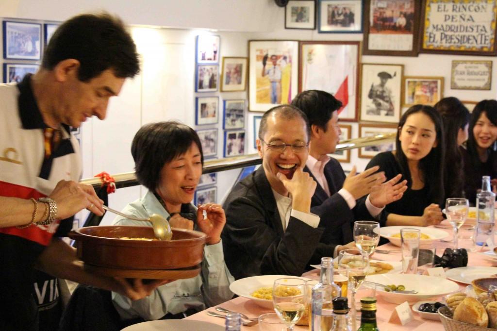 食事会での川上准教授(中央)